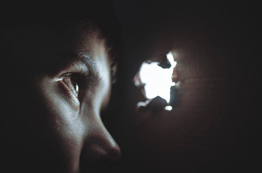 Como brincar de esconde-esconde sozinho