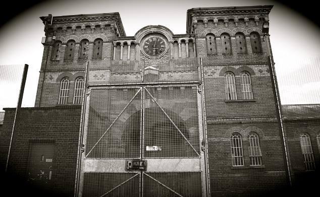 Foto da entrada para o hospital broadmoor onde june e jennifer gibbons foram presas depois de uma onda de crimes de cinco semanas. Gêmeas silenciosas mundo sombrio