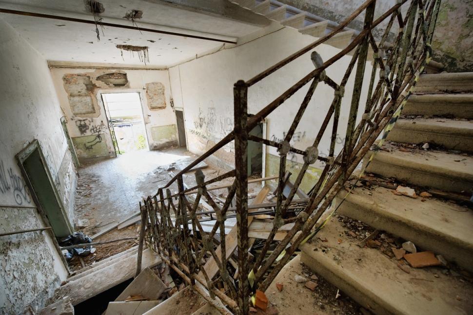 Haunted poveglia island staircase • mundo sombrio