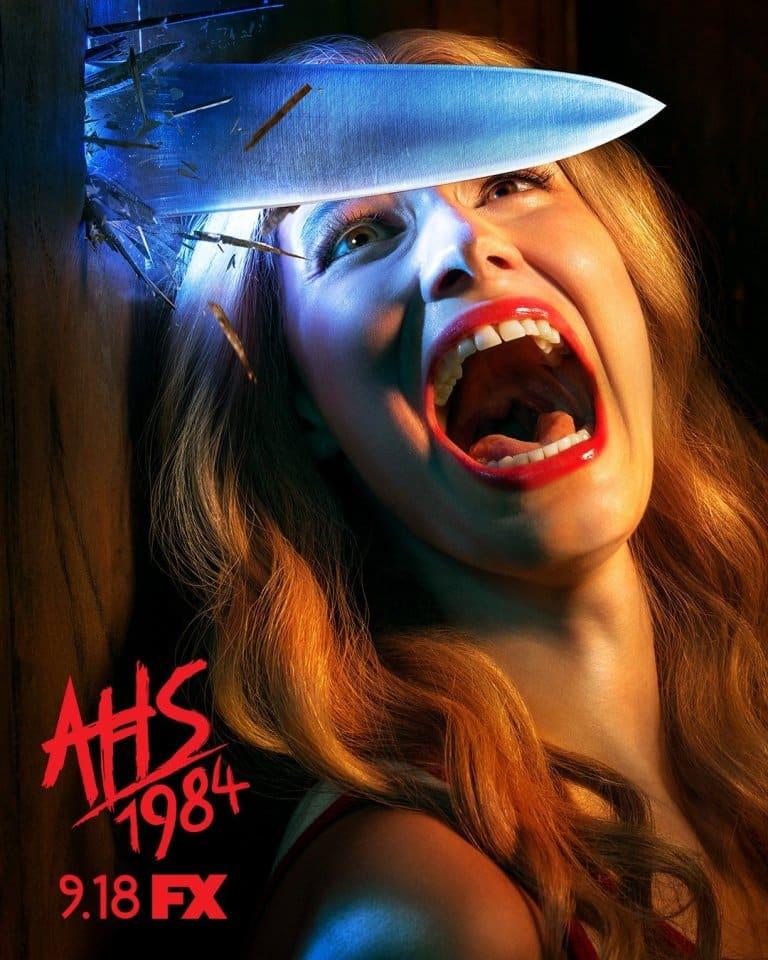 "poster oficial de ""American Horror Story: 1984"" mundo sombrio"