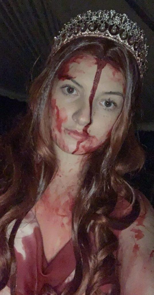 Estudante bateu carro vestida para o Halloween e as pessoas pensaram que ela estava morta