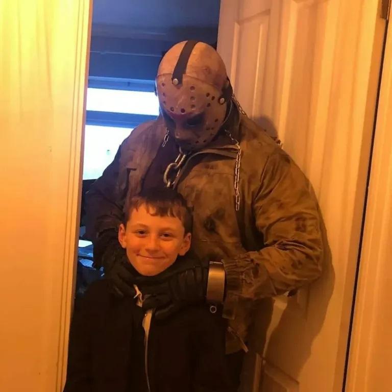 Pai contrata Jason Voorhees para buscar filho na escola no dia do seu Aniversário mundo sombrio 2