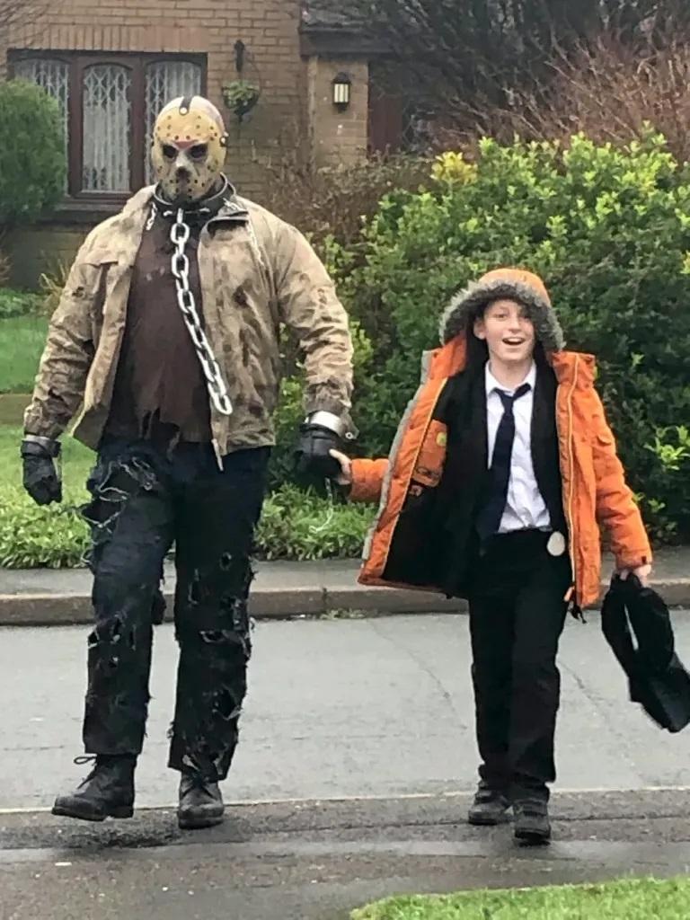 Pai contrata Jason Voorhees para buscar filho na escola no dia do seu Aniversário mundo sombrio 3