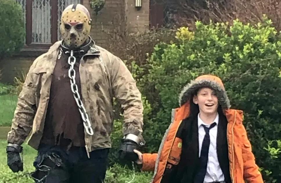 Pai contrata Jason Voorhees para buscar filho na escola no dia do seu Aniversário mundo sombrio