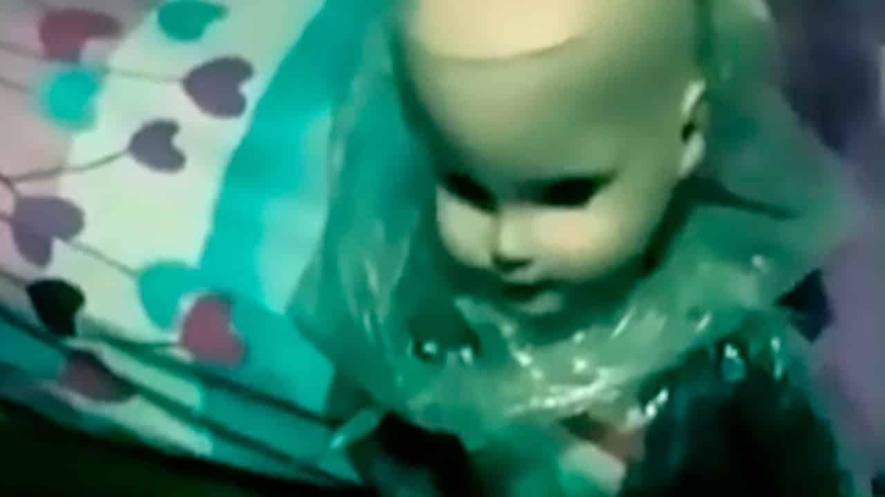 Boneca Assombrada ataca namorado da dona após ficar possuída mundo sombrio