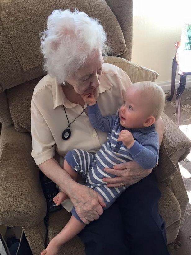 Fantasma de avó acalma bebê no berço e a mãe vê tudo 1 • mundo sombrio