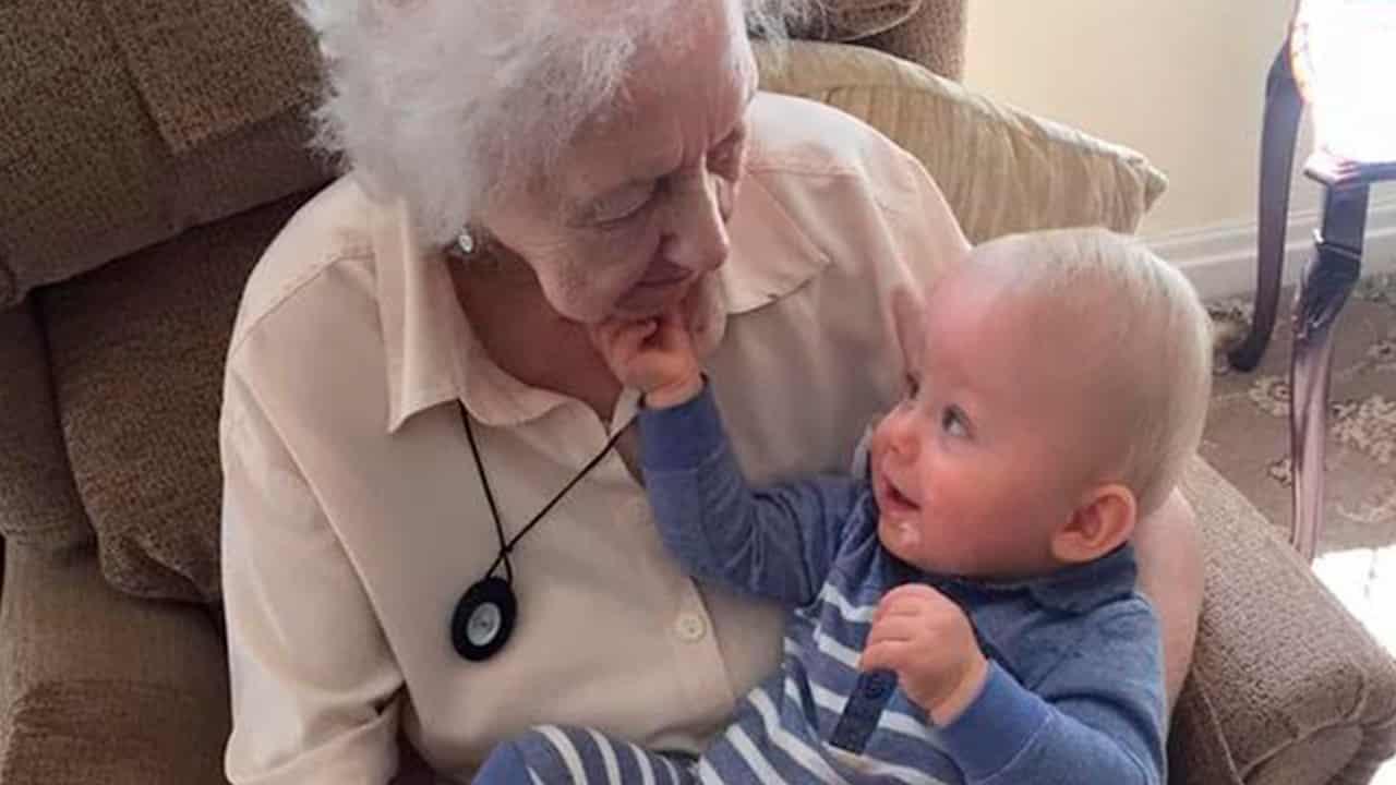 Mãe vê fantasma de sua avó acalmando seu bebê através de Monitor mundo sombrio