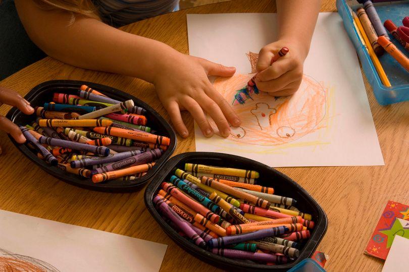 Menina de 3 anos desenha amiga imaginária e sua descrição é absolutamente aterrorizante mundo sombrio