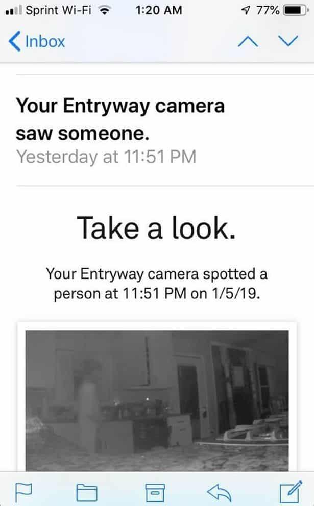 Uma figura transparente acionou seu sensor de câmera enviando lhe um alerta imagem kennedy news and media • mundo sombrio