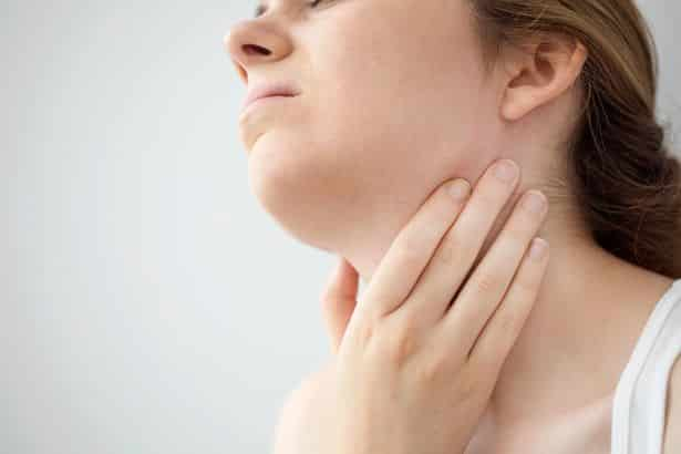 0 young woman feeling painful in the throat • mundo sombrio