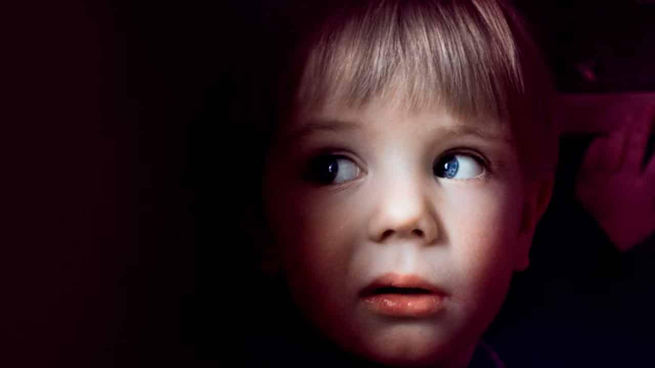 Criança afirma que senhora 'assustadora' o visita todas as noites e faz pedido específico à ele - mundo sombrio