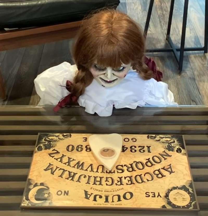Warner mostra o que a boneca annabelle anda fazendo durante a pandemia mundo sombrio • mundo sombrio