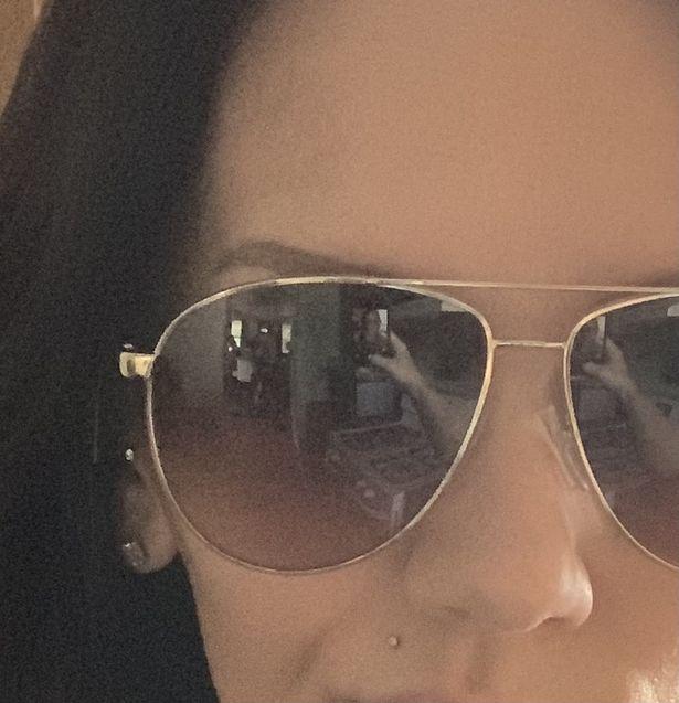 Mae sozinha em casa envia selfie antes de avistar duas figuras em reflexo de oculos escuros 2 • mundo sombrio