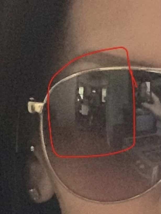 Mae sozinha em casa envia selfie antes de avistar duas figuras em reflexo de oculos escuros 3 • mundo sombrio