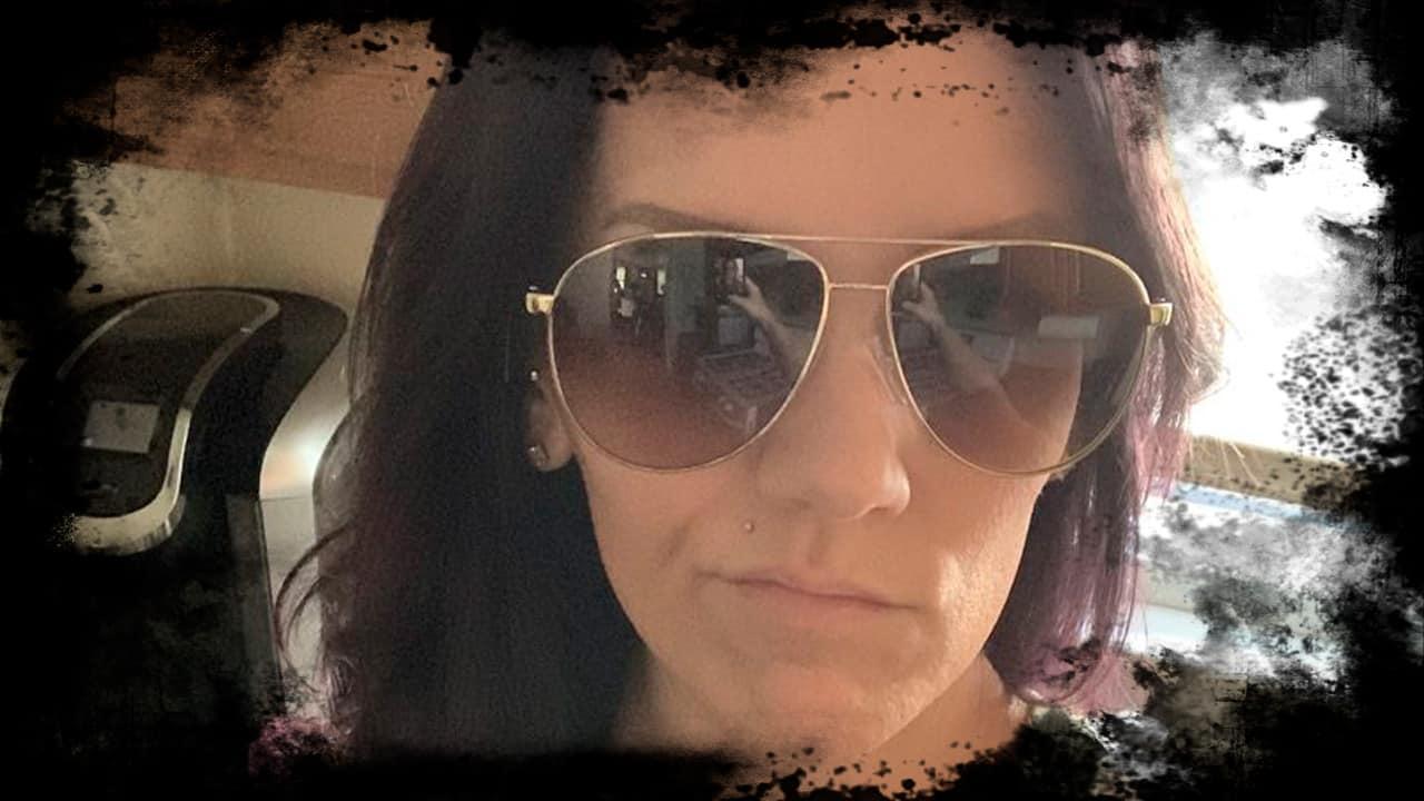Sozinha em casa, mulher envia selfie antes de avistar duas figuras estranhas em reflexo de óculos escuros mundo sombrio