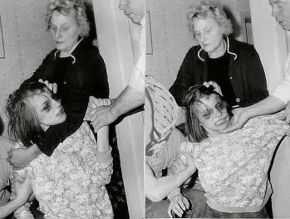 Anneliese michel sendo segurada pelos participantes do ritual de exorcismo. Este que deu origem ao filme 'o exorcismo de emily rose'