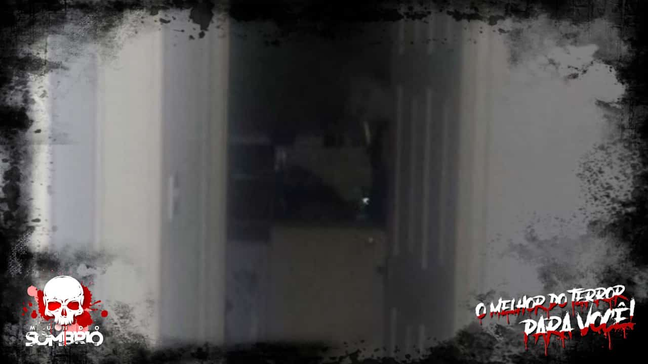 Homem aterrorizado foge de casa após capturar rosto de 'fantasma' olhando para ele mundo sombrio