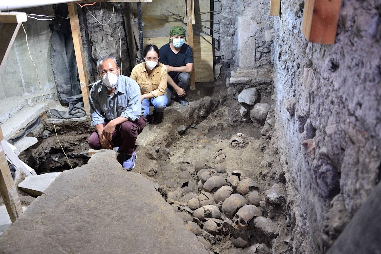 Grupo de arqueólogos que descobriram a torre feita com crânios humanos pelos povos astecas