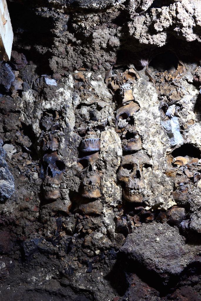 Parte da torre feita com crânios humanos durante o império asteca para intimidar seus inimigos de guerra mundo sombrio