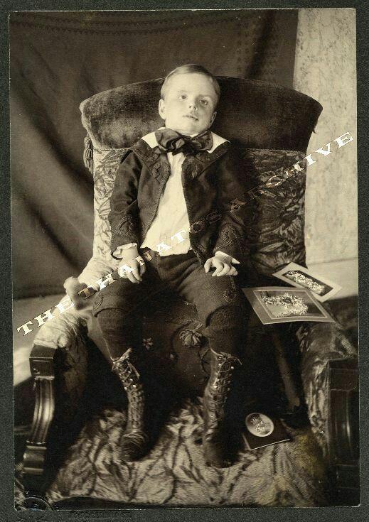 Menino cadeira post mortem fotografia era vitoriana é por isso que não se deve guardar fotos de pessoas mortas