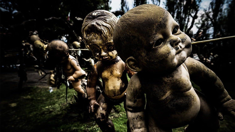 Bonecas penduradas na ilha das bonecas