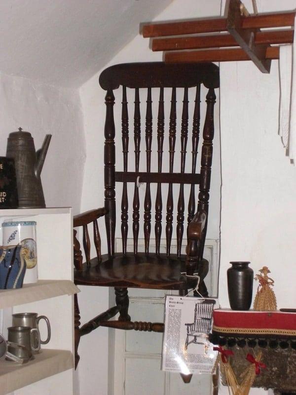 A cadeira amaldiçoada busby stoop agora fica em um museu