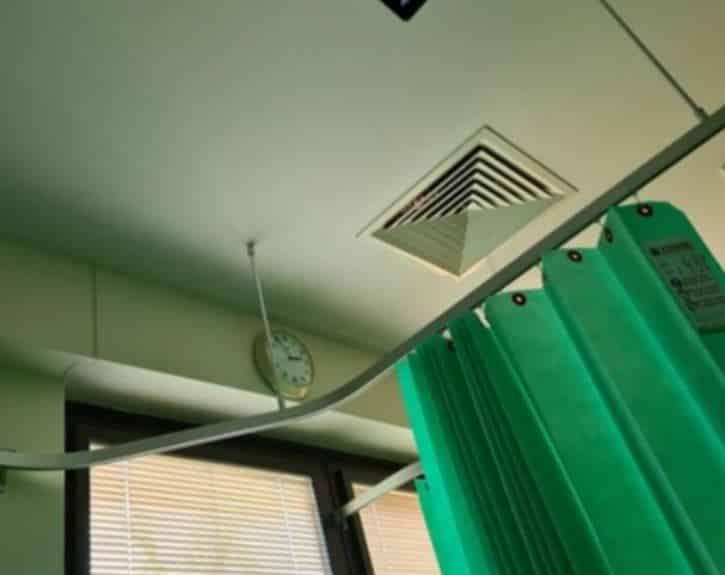 Mulher bate foto de algo assustador que a encarava pela ventilação de um hospital mundo sombrio