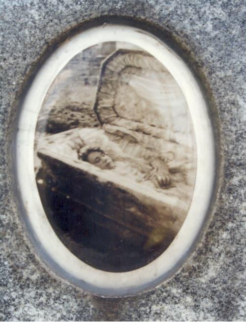 Fotografia post mortem de julia buccola petta que fica afixada em seu túmulo no cemitério mount carmel em illinois