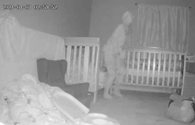 Câmera captura ser Fantasmagórico com Chifres perto da cama de uma criança mundo sombrio