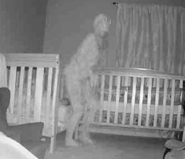 Câmera captura ser fantasmagórico com chifres perto da cama de uma criança