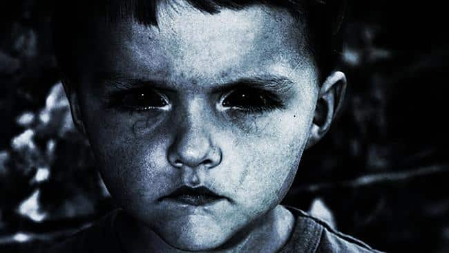 Criança com olhos negros