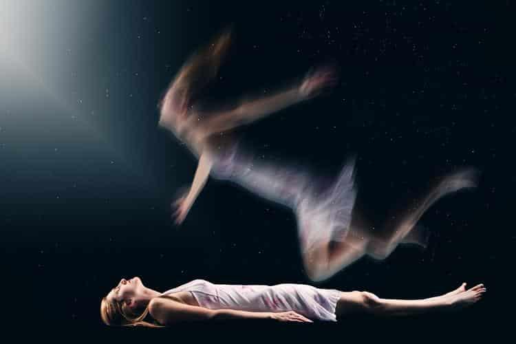 Pessoas ouvem os mortos no espiritismo