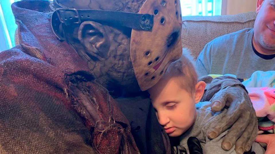 """Jason Voorhees, de 'Sexta-feira 13', visita fã de 5 anos em estado terminal de câncer: """"te amo, Jason"""""""