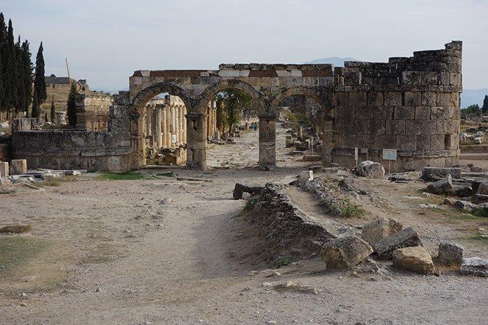 Portões do inferno - ploutonion na província de hierápolis-denizli, turquia