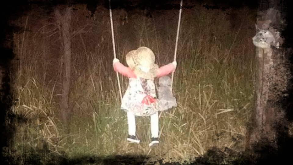 Boneca sinistra e misteriosa em balanço assusta vila de pescadores