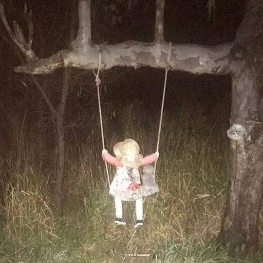 Boneca sinistra e misteriosa em balanço assusta vila de pescadores na austrália