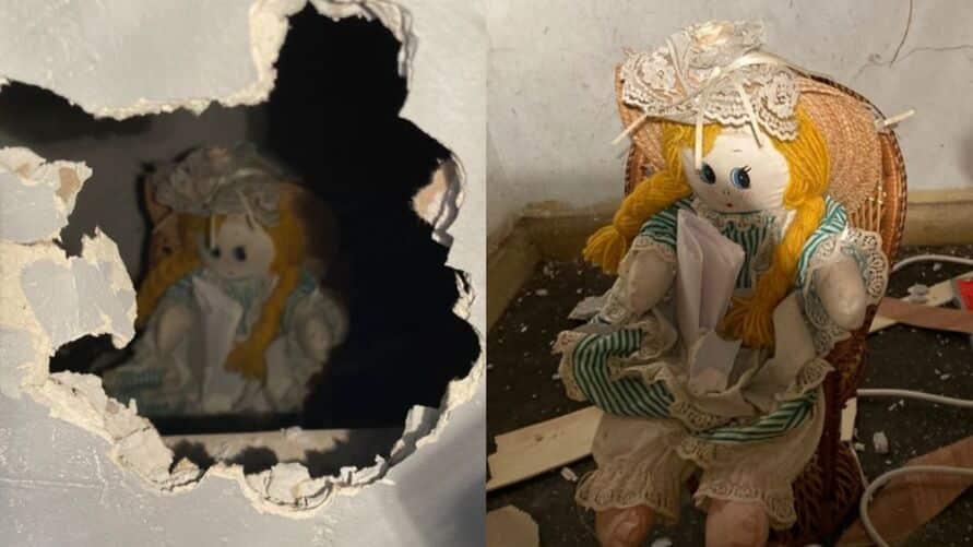 Boneca com bilhete macabro dentro de parede